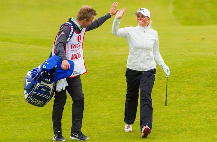 Nicki som caddy for Nanna