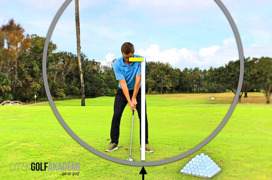 Slår i jorden i golf - golfsvinget 1